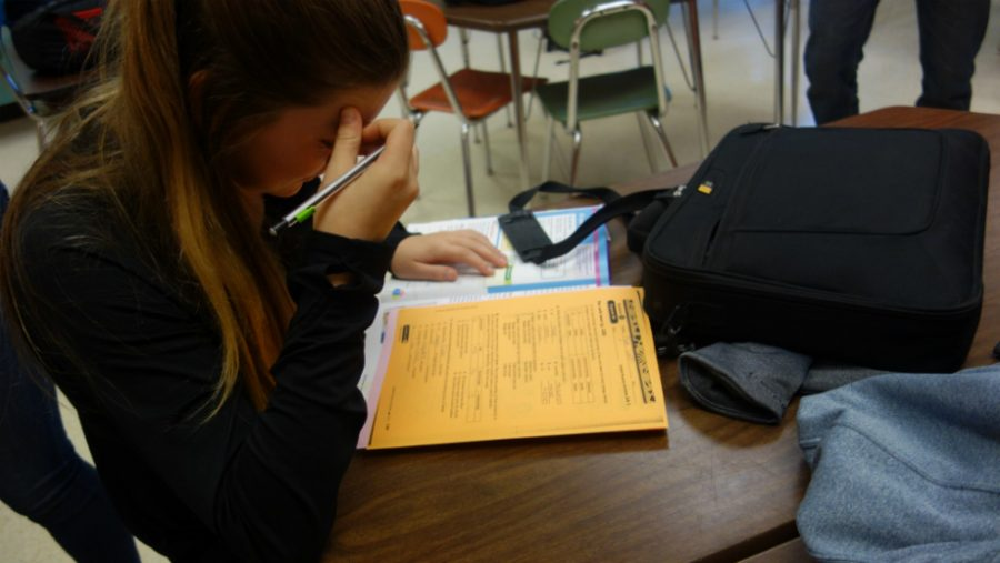 Myla+Lahti%2C+a+sophomore%2C+races+to+finish+her+Spanish+2+homework.+
